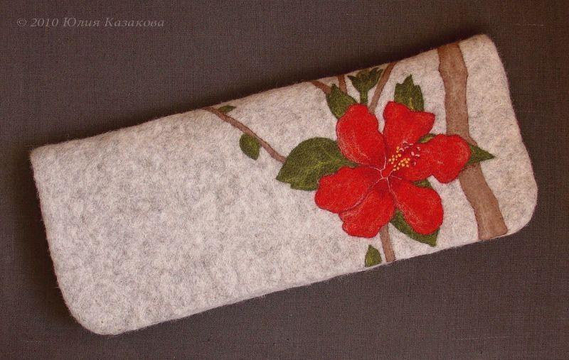 Выполнен из шерсти методом мокрого и сухого валяния.  Внутри красный.